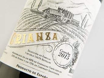 Diseño de etiqueta, vino tinto crianza, stamping dorado, ilustración a carboncillo